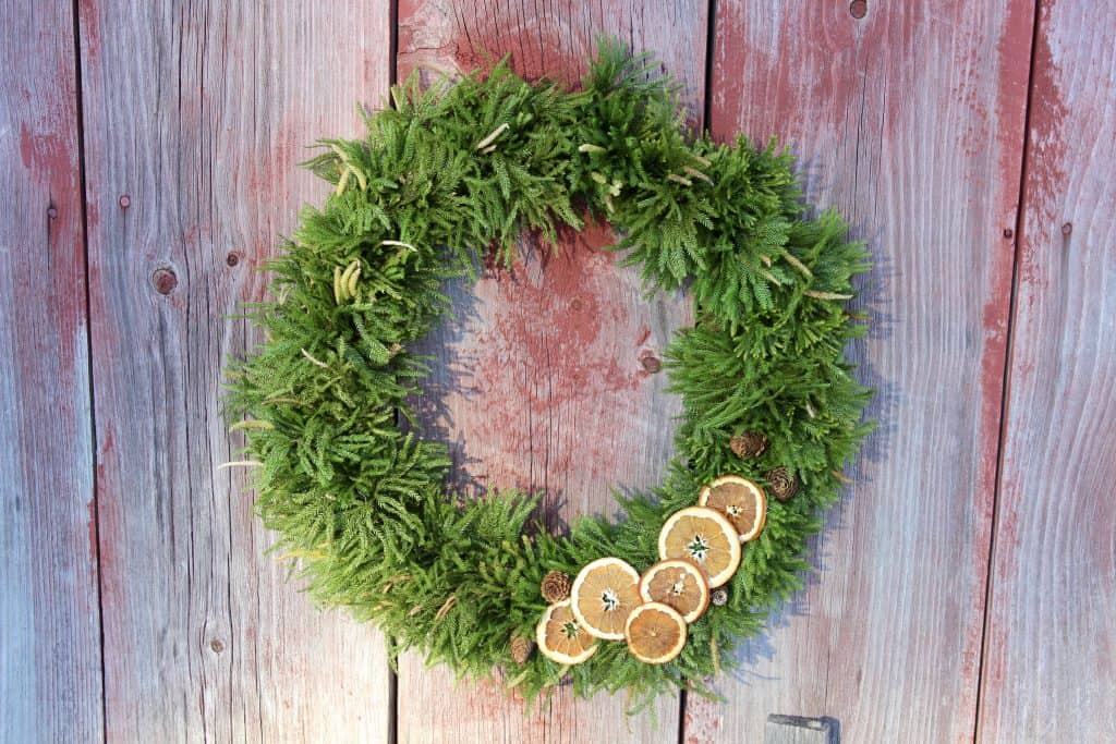 how to make a Christmas wreath with dried oranges